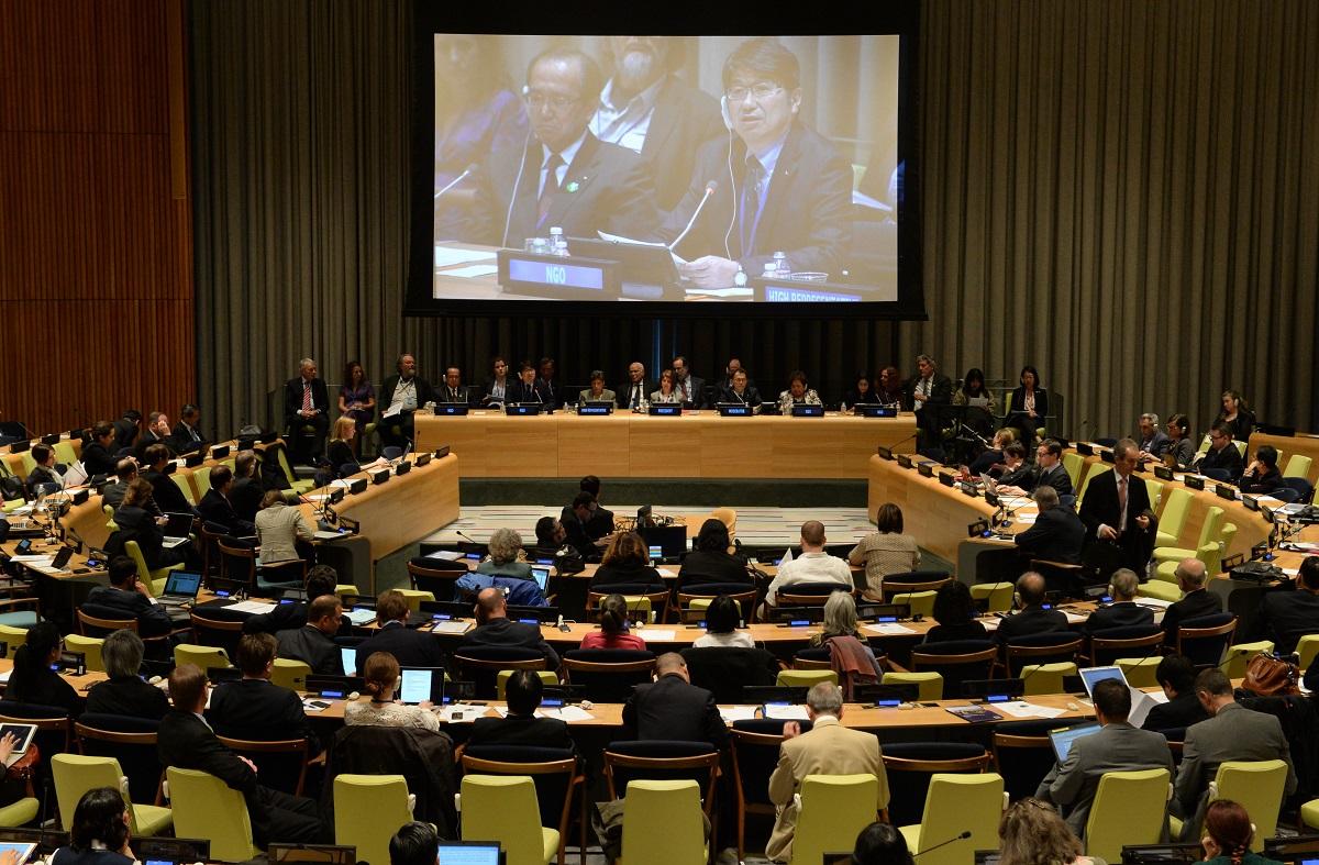写真・図版 : NPT再検討会議で核廃絶を呼びかけた松井一実・広島市長(モニター左)と田上富久・長崎市長(同右)=2015年5月1日、米ニューヨークの国連本部