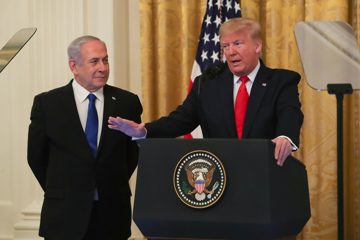 写真・図版 : ホワイトハウスで中東和平案を発表するトランプ米大統領(右)とイスラエルのネタニヤフ首相=2020年1月28日、ワシントン