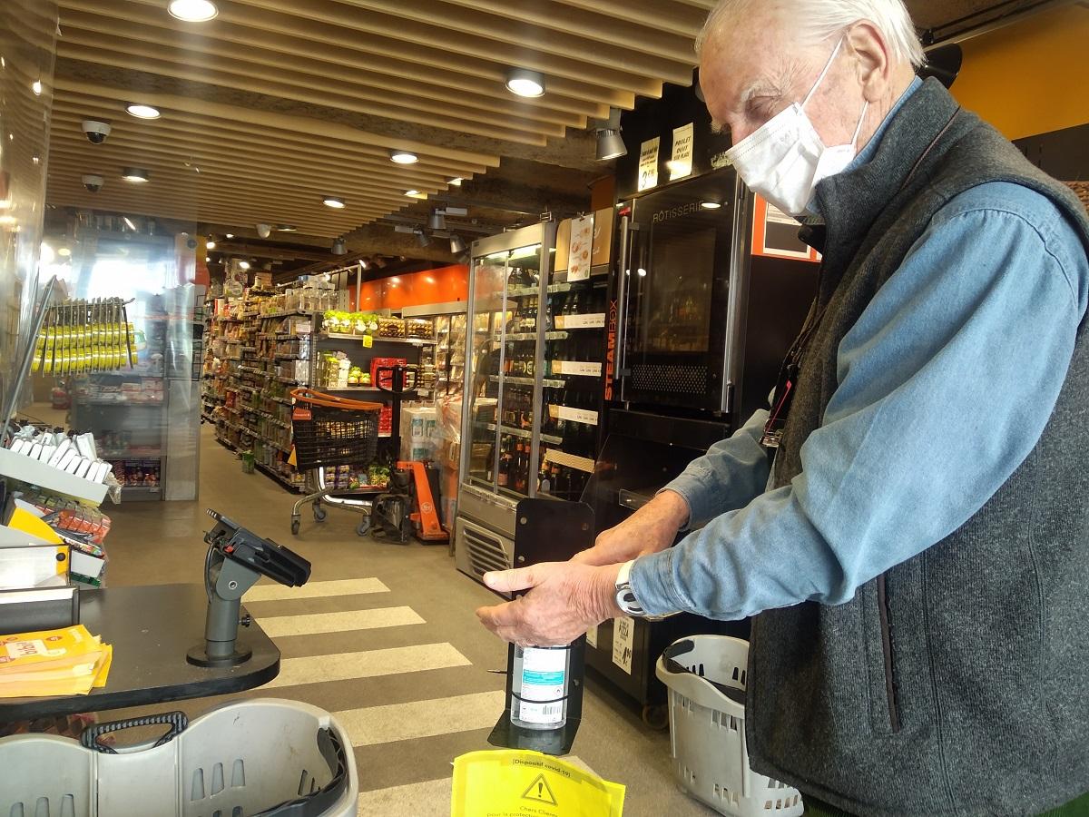 スーパーの入り口には消毒ジェルが置いてある