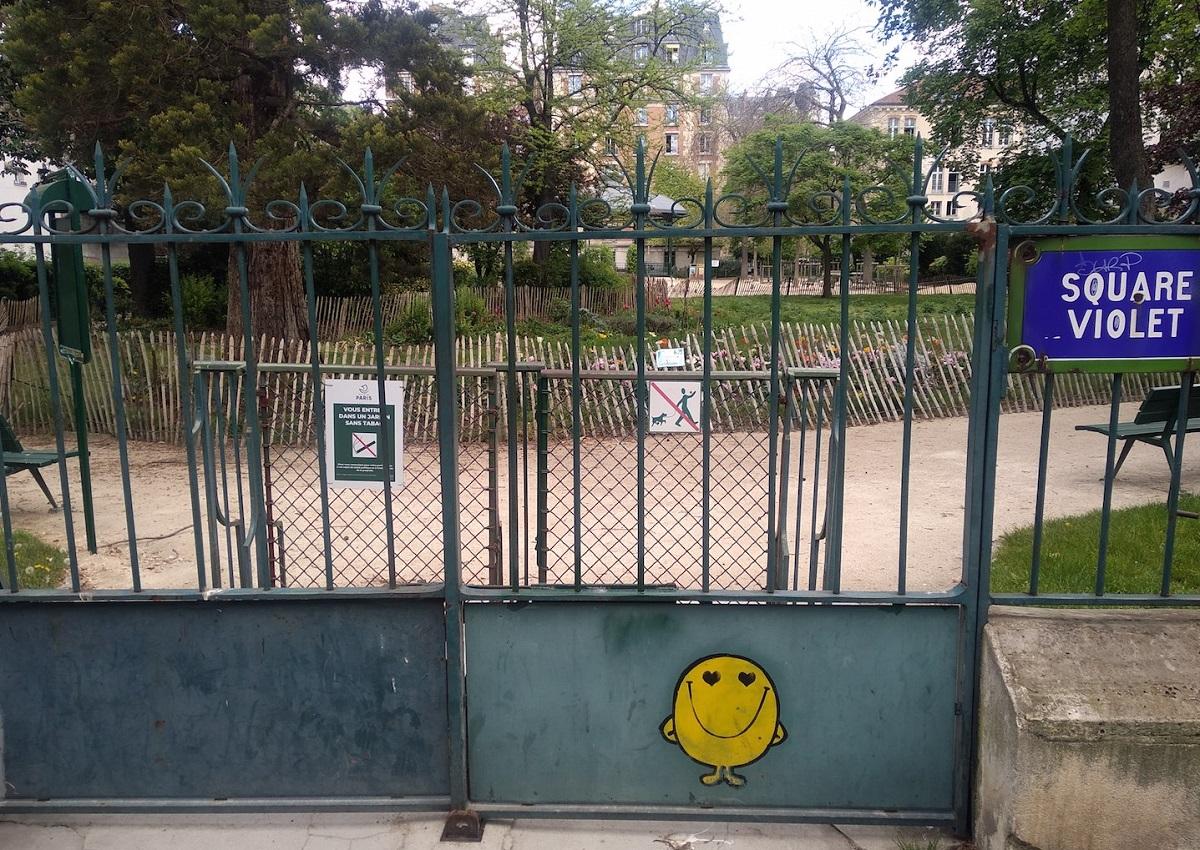 写真・図版 : 住民が中に入らないように、日中も公園は閉鎖されたまま=撮影・筆者