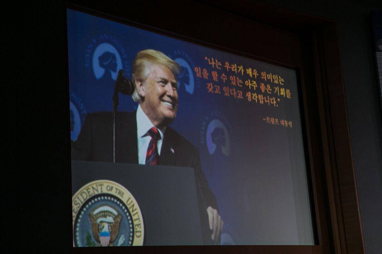 写真・図版 : 初の米朝会談後、カペラホテルで行われたトランプ大統領の会見冒頭で流れたビデオに映し出されるトランプ大統領=シンガポール、ランハム裕子撮影、2018年6月12日