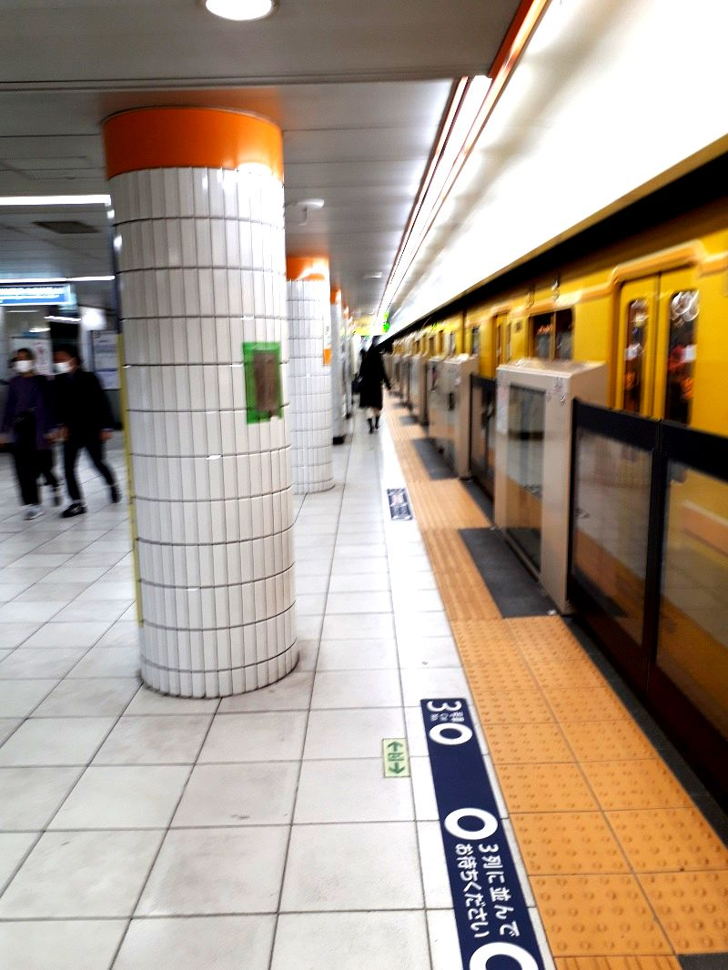 写真・図版 : 銀座線・半蔵門線の表参道駅ホーム、2020年4月14日