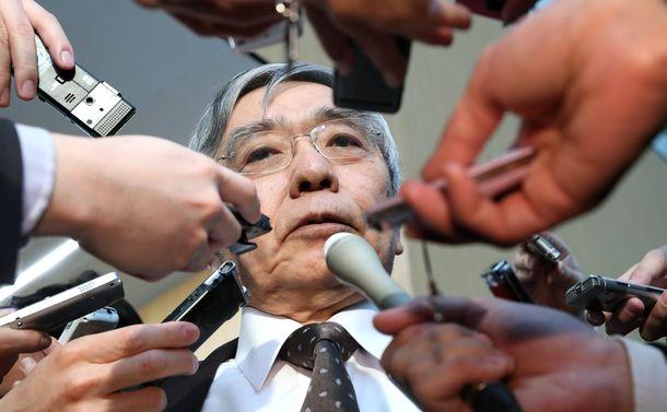 写真・図版 : 安倍晋三首相との会談を終え、記者の質問に答える黒田東彦日銀総裁=2020年3月12日、首相官邸