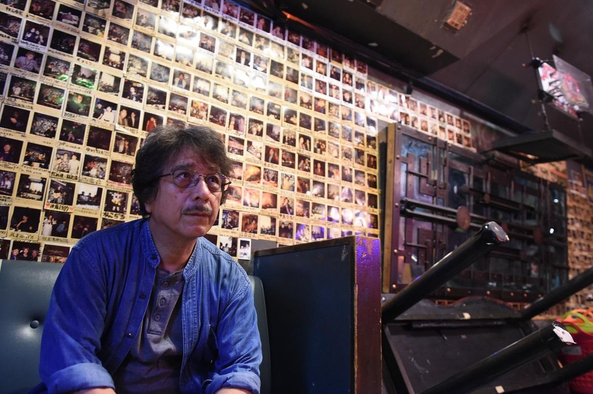 新宿ロフトの系列店で舞台を見つめる平野悠さん=東京都新宿区2015年