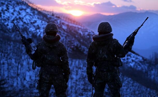 写真・図版 : 南北軍事境界線近くで監視にあたる韓国軍兵士=2015年12月、東亜日報提供