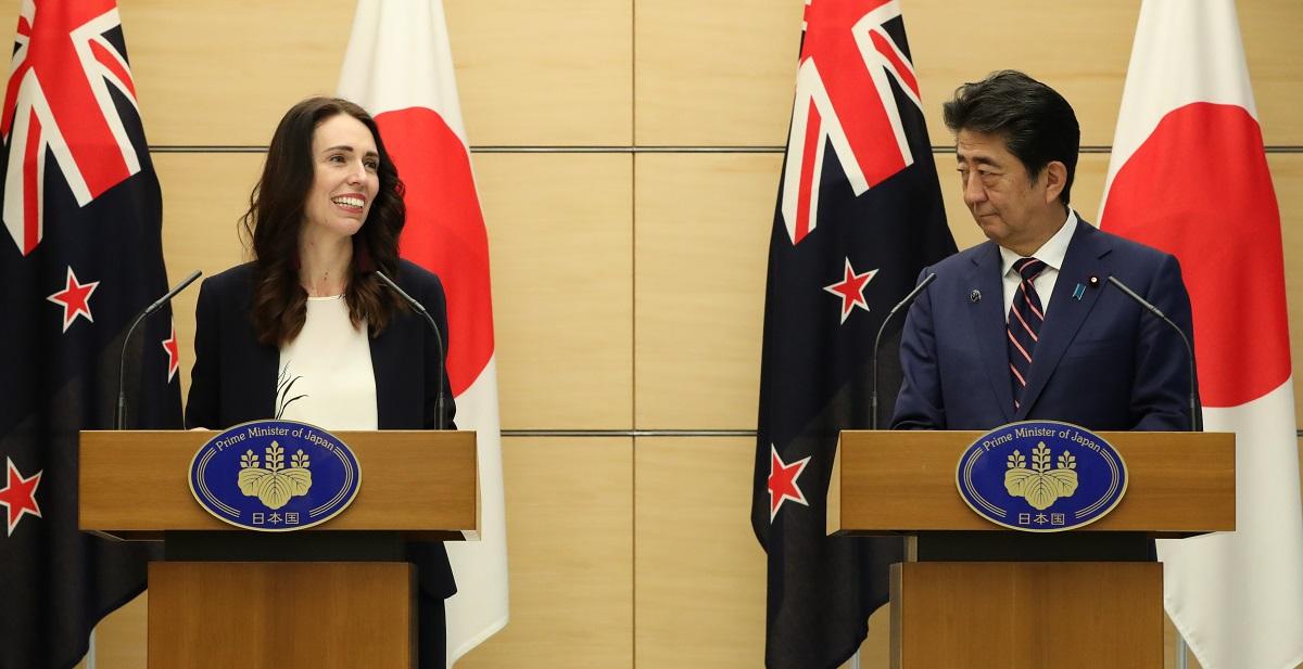 コロナ対策の「優等生」であるニュージーランドのアーダーン首相(左)と安倍首相の違いとは?