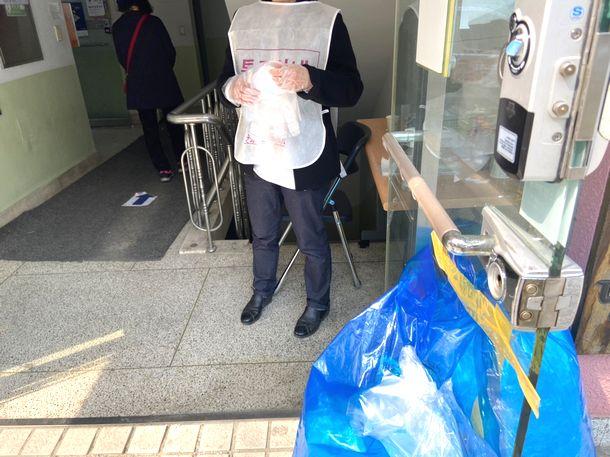写真・図版 : 総選挙の投票所では入り口で検温をした