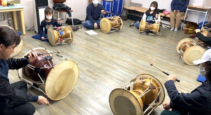 写真・図版 : 韓国でのチャング(韓国伝統打楽器、両面太鼓)教室もマスクでの光景が日常となった