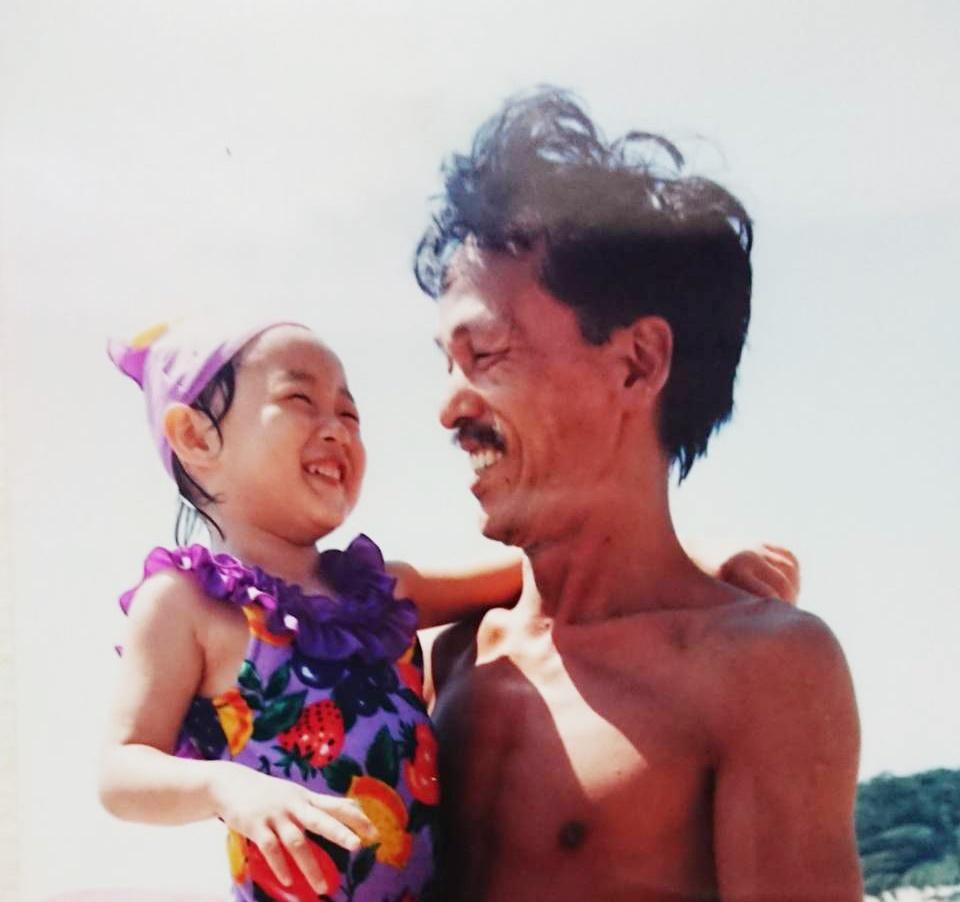 写真・図版 : 父に抱かれてうれしそうな幼いころの筆者