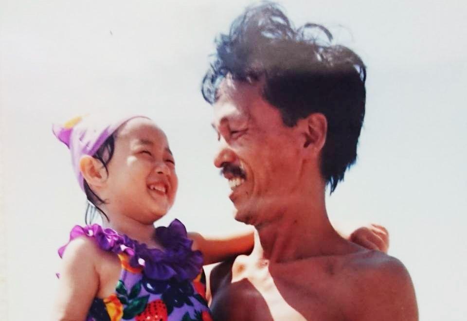写真・図版 : 父に抱かれてうれしそうな幼い頃の私