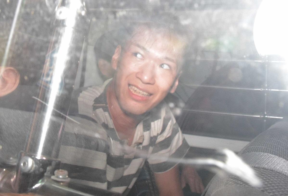写真・図版 : 津久井警察署から送検される植松聖容疑者=2016年7月27日、神奈川県相模原市