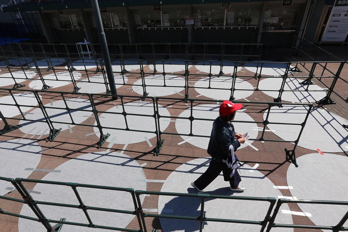 広島カープの本拠地、マツダスタジアムの入場券払戻窓口の前には、行列で混雑しないよう直径2メートルの円が置かれ、真ん中に立つように促されていた=2020年3月20日20200320
