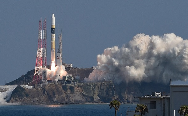 写真・図版 : 情報収集衛星「光学7号機」を載せ、打ち上げられたH2Aロケット41号機=2020年2月9日午前10時34分、鹿児島・種子島宇宙センター、長沢幹城撮影