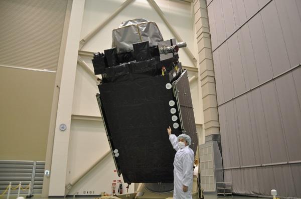 写真・図版 :  公開された準天頂衛星「みちびき」2号機=2017年4月5日、茨城県つくば市の宇宙機構筑波宇宙センター、田中誠士撮影