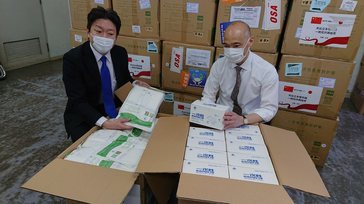 写真・図版 : 神戸市に届いた中国・天津市からのマスクや防護服=2020年4月23日午前11時7分、神戸市提供