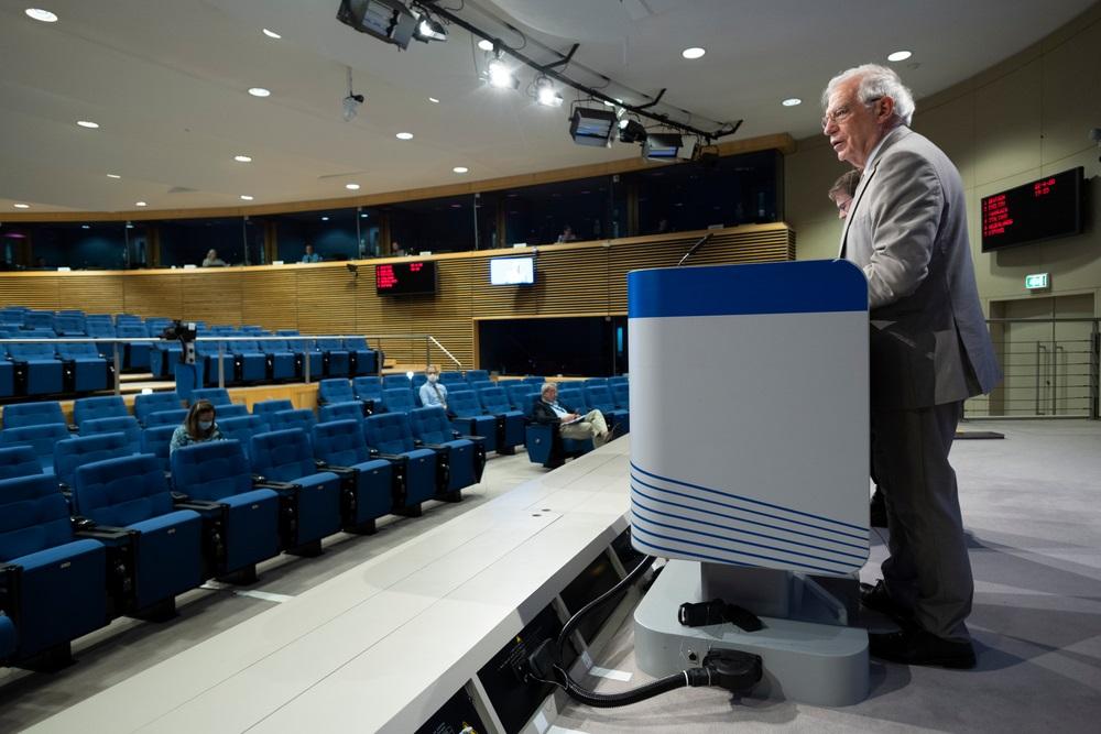 写真・図版 : EU外相のテレビ会議の後、バーチャル記者会見を開くEU外交政策責任者のジョセップ・ボレル氏=2020年4月22日、ブリュッセル