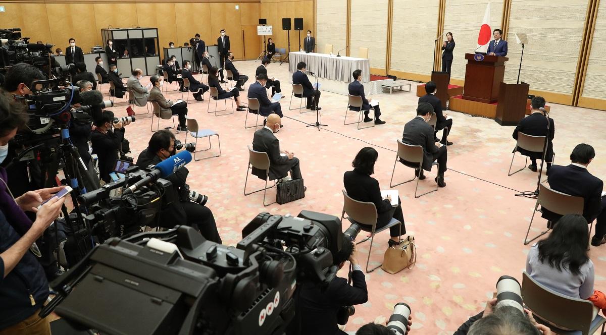 写真・図版 : 安倍晋三首相の記者会見場=2020年4月17日、首相官邸