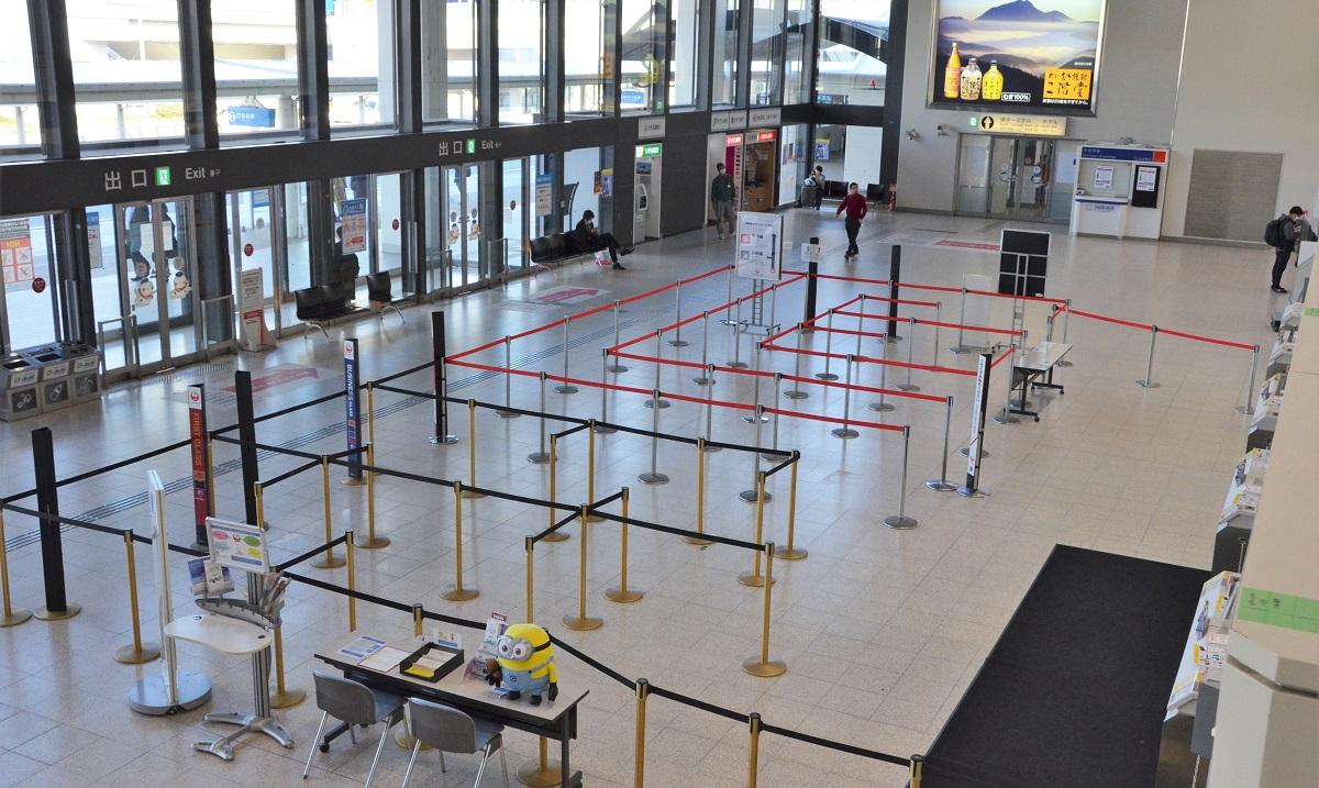 写真・図版 : 閑散とする大阪空港(伊丹空港)北ターミナル=2020年4月10日