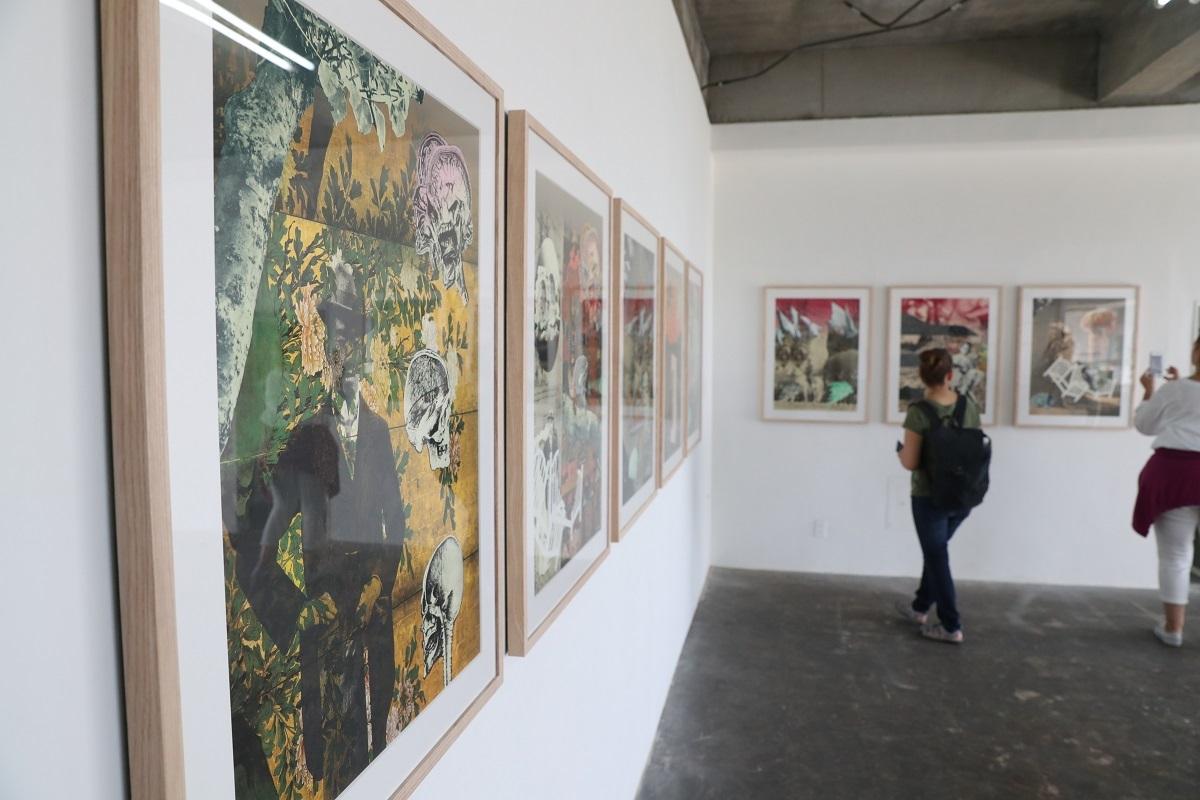 写真・図版 : 「ひろしまトリエンナーレ2020」のプレ企画「百代の過客」では大浦信行氏の作品も展示された=2019年10月、広島県尾道市