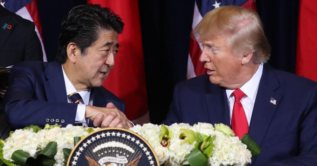 写真・図版 : 日米首脳会談後の共同声明署名式で握手する安倍首相とトランプ大統領=昨年9月、米ニューヨーク。朝日新聞社