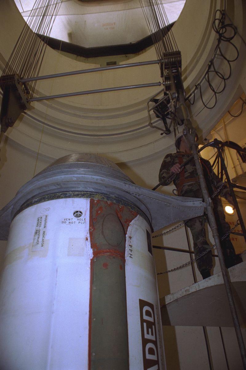 写真・図版 : 核弾頭を外した状態の米国の長距離弾道ミサイル=1994年4月、米国・ミズーリ州。朝日新聞社
