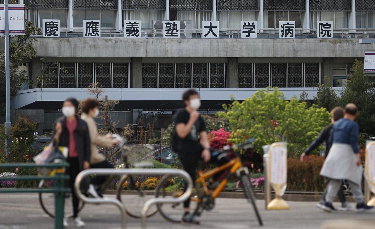 写真・図版 : 新型コロナウイルスの感染者が確認された慶応大学病院=2020年4月7日、東京都新宿区