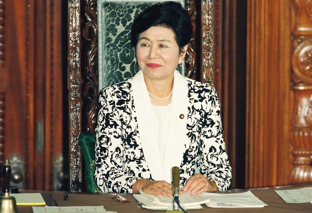 写真・図版 : 衆院本会議で初の女性議長に選ばれた土井たか子さん=1993年
