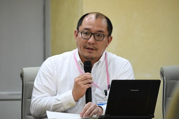 写真・図版 : 会見する北大の西浦博教授=2020年3月30日午後、東京都新宿区、北村玲奈撮影
