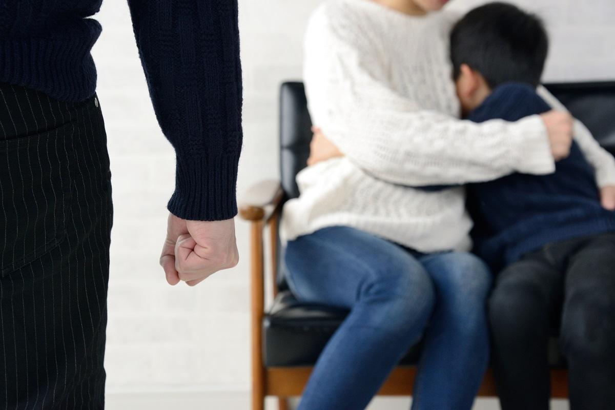 DVの家庭で、暴力を受けている家族に給付金は届くだろうか=takasu/Shutterstock.com