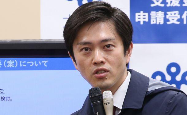 写真・図版 : 会見する吉村洋文・大阪府知事=2020年5月2日、大阪府庁