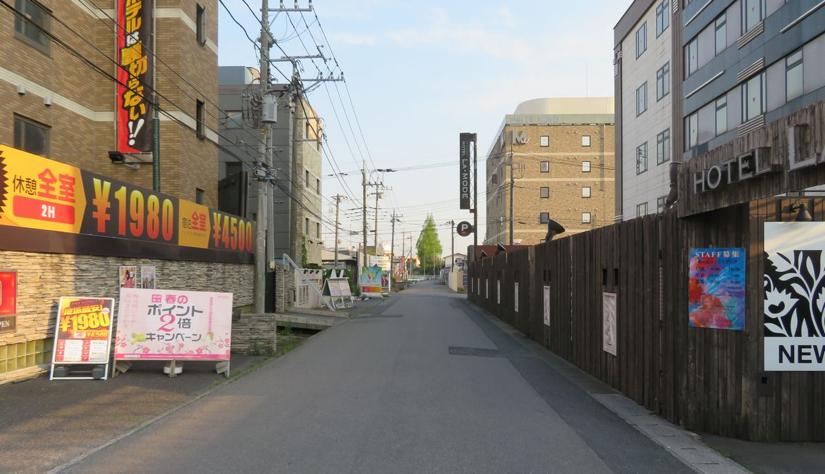 写真・図版 : さいたま市内のラブホテル街。ホテルや旅館の許可件数に含まれている(筆者撮影)