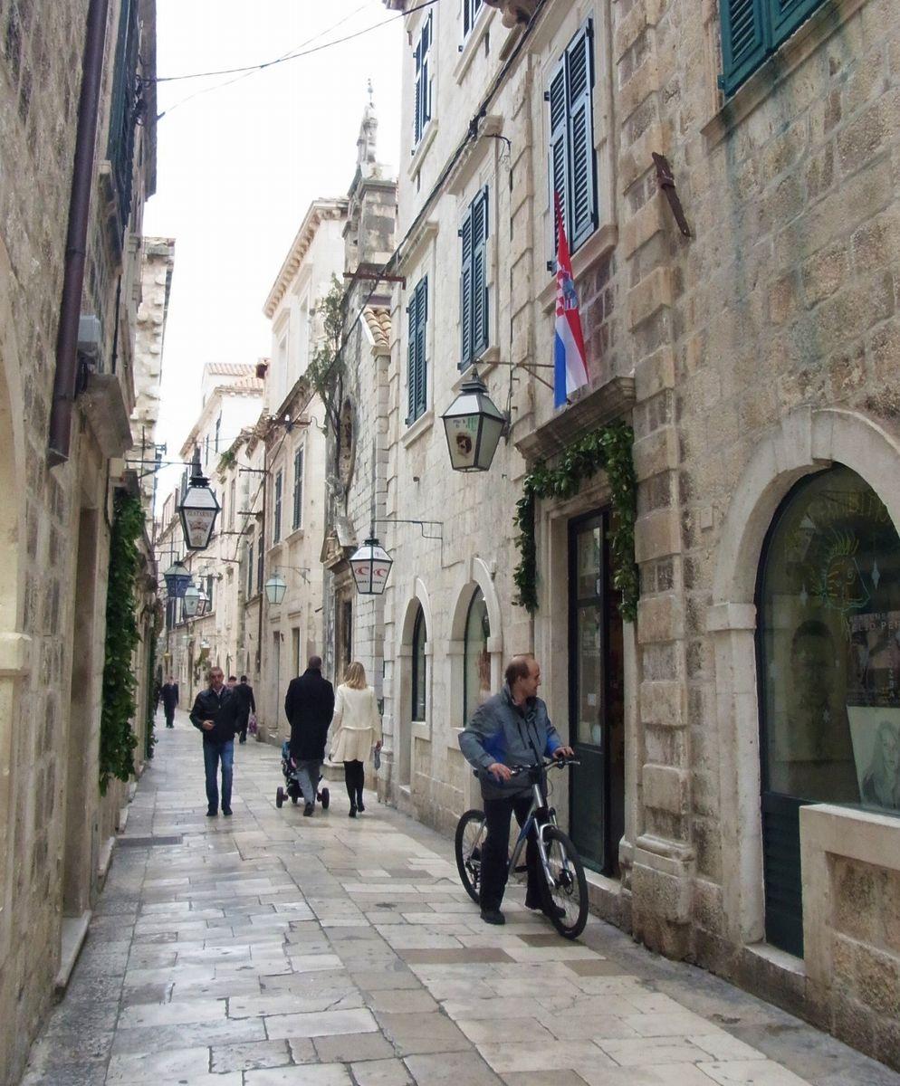 写真・図版 : 路地を歩けば中世と現代が美しく融和したドゥブロヴニクの暮らしを知ることができる(筆者撮影)