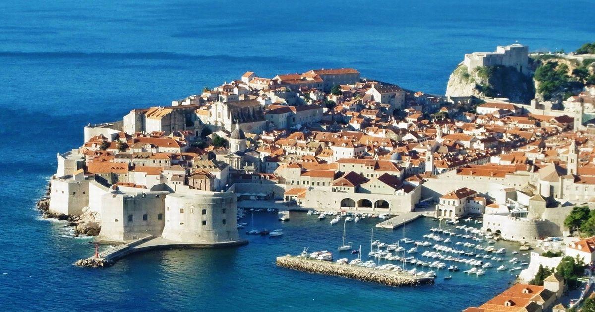 写真・図版 : 「アドリア海の真珠」と呼ばれるクロアチア共和国の古都、ドゥブロヴニク(筆者撮影)