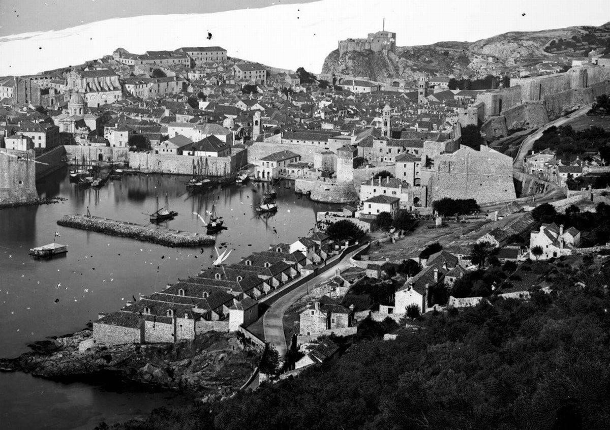写真・図版 : 1868年当時の検疫及び隔離所。港の手前右手の屋根が連なる建物(ドゥブロヴニク公文書館提供)