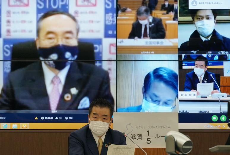 写真・図版 : 4月29日の全国知事会ウェブ会議で、三日月大造滋賀県知事は9月入学制移行に賛成の立場で意見を述べた=滋賀県庁、筒井次郎撮影