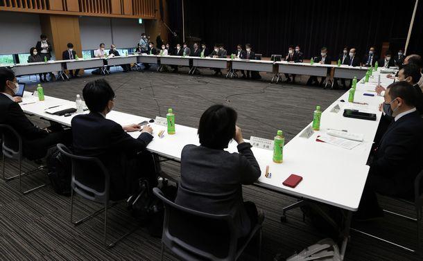 写真・図版 : 緊急事態宣言の延長を前に開催された新型コロナウイルス感染症対策専門家会議=2020年5月4日午前8時32分、東京都千代田区