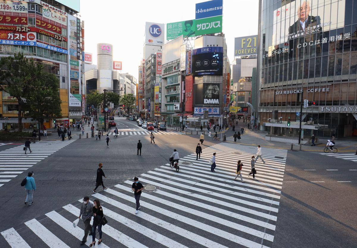 写真・図版 : 新型コロナウイルス感染拡大で緊急事態宣言が発出され、人通りの少ない東京・渋谷スクランブル交差点=2020年4月30日