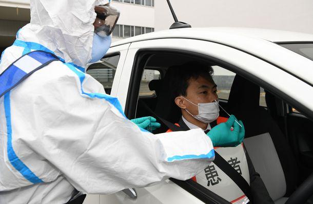 写真・図版 : 札幌でおこなわれた新型コロナのドライブスルーPCR検査デモ=2020年5月1日、札幌市中央区