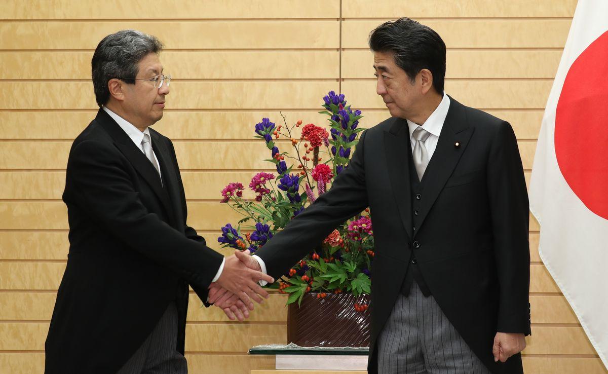 写真・図版 : 任命式のあと安倍晋三首相(右)と握手する今井尚哉・首相補佐官=2019年9月11日、首相官邸