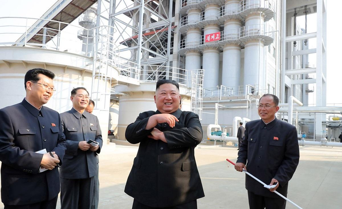 写真・図版 : 北朝鮮西部の平安南道で2020年5月1日、竣工した順川リン酸肥料工場を視察する金正恩朝鮮労働党委員長。朝鮮中央通信が2日に配信した=朝鮮通信