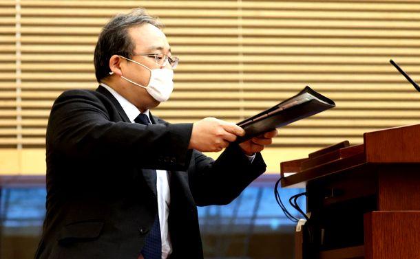 写真・図版 : 安倍晋三首相の会見に先立ち、ファイルを演台に置く佐伯耕三秘書官=2020年5月4日、首相官邸