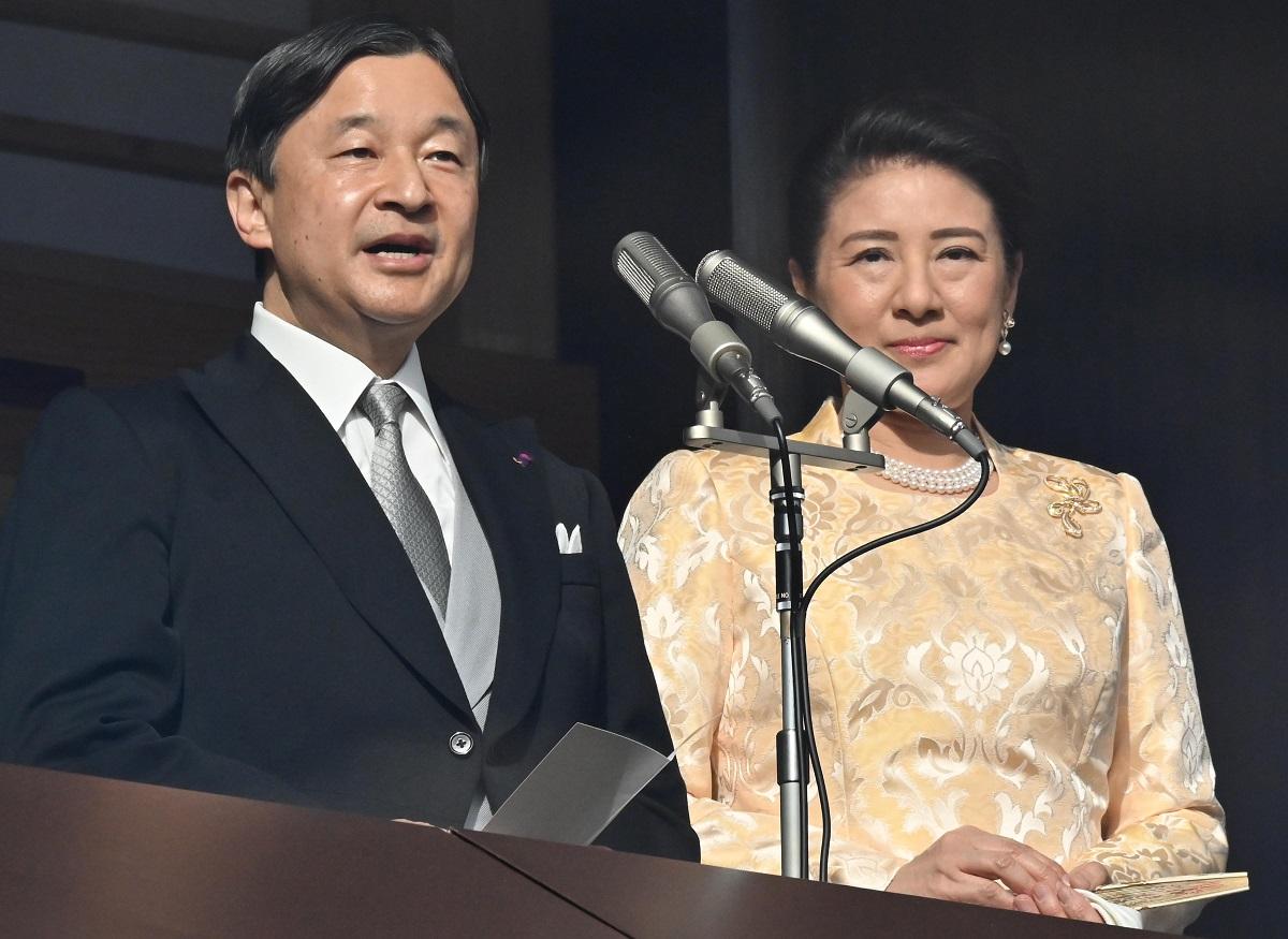 写真・図版 : 一般参賀でおことばを述べる天皇陛下と皇后さま=2020年1月2日、皇居