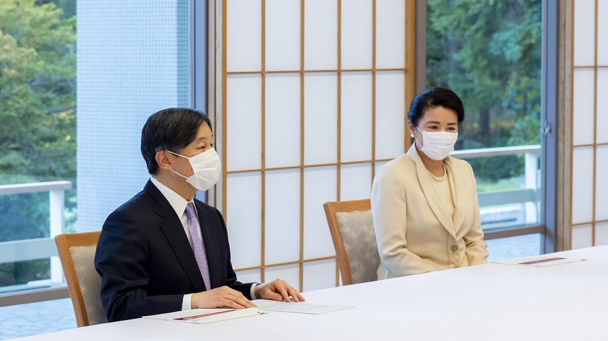 尾身茂・新型コロナウイルス感染症対策専門家会議副座長から進講を受けた天皇、皇后両陛下=2020年4月10日、赤坂御所・檜の間、宮内庁提供