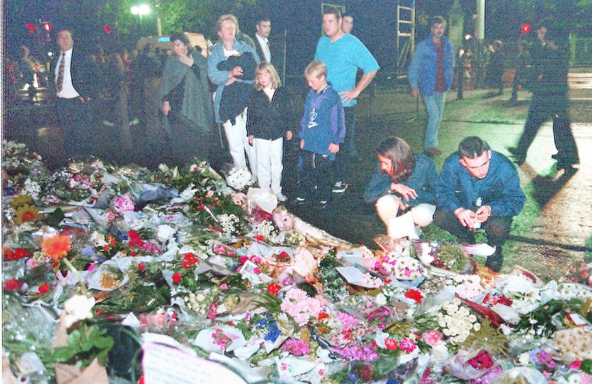 ダイアナさんの遺体が安置されているセント・ジェームズ宮殿では4日午前零時を過ぎても献花や記帳をする人たちが後を絶たない。記帳の列は深夜にもかかわらず「5時間待ち」/撮影・大野明=ロンドンで 19970905