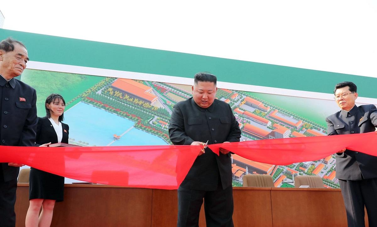 写真・図版 : 2020年5月1日、北朝鮮西部の平安南道で順川リン酸肥料工場の竣工式でテープカットする金正恩朝鮮労働党委員長。朝鮮中央通信が2日に配信し、「重病説」が打ち消された=朝鮮通信