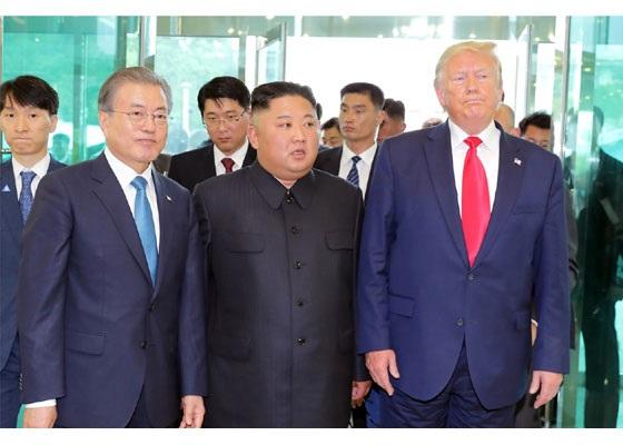 写真・図版 : 2019年6月30日、南北軍事境界線にまたがる板門店で対面したトランプ米大統領、金正恩朝鮮労働党委員長、文在寅・韓国大統領(手前右から)=労働新聞ホームページから