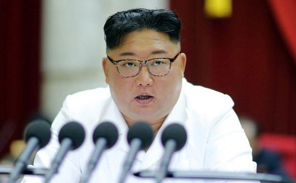 写真・図版 : 平壌で2019年12月29日、朝鮮労働党の2日目の中央委員会総会で報告する金正恩党委員長。朝鮮中央通信が30日報じた=朝鮮通信