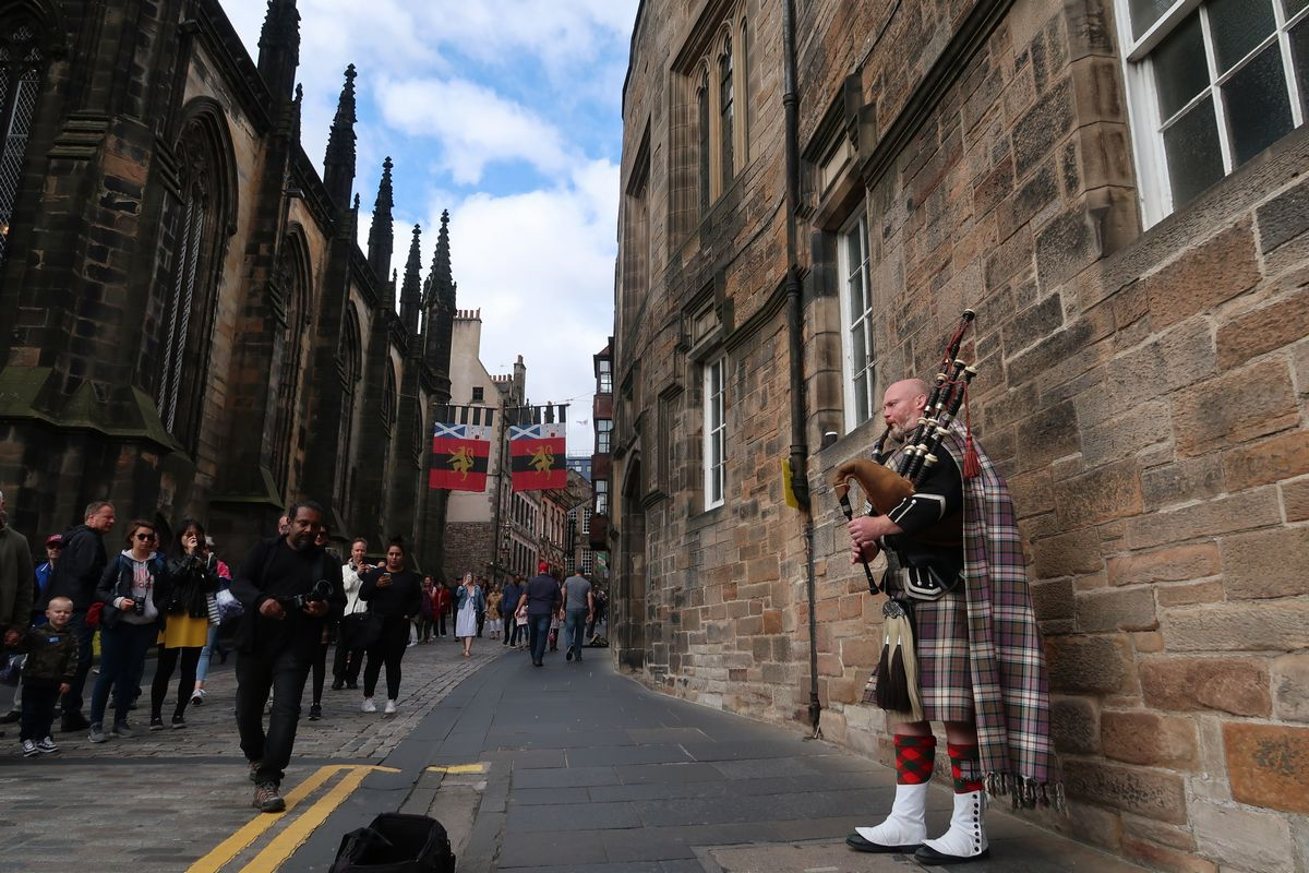 写真・図版 :   スコットランドの首都エジンバラの街(Minka Guides/Shutterstock.com)