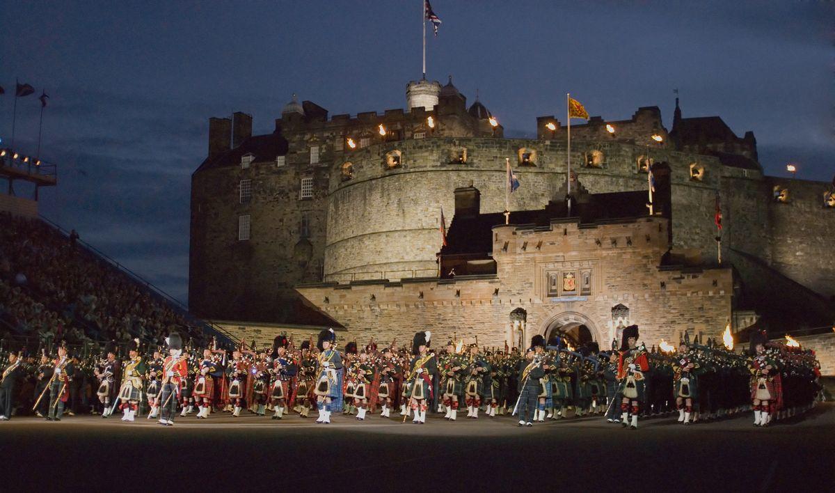 写真・図版 : エジンバラでの軍楽隊のパレード(domhnall dods/Shutterstock.com)