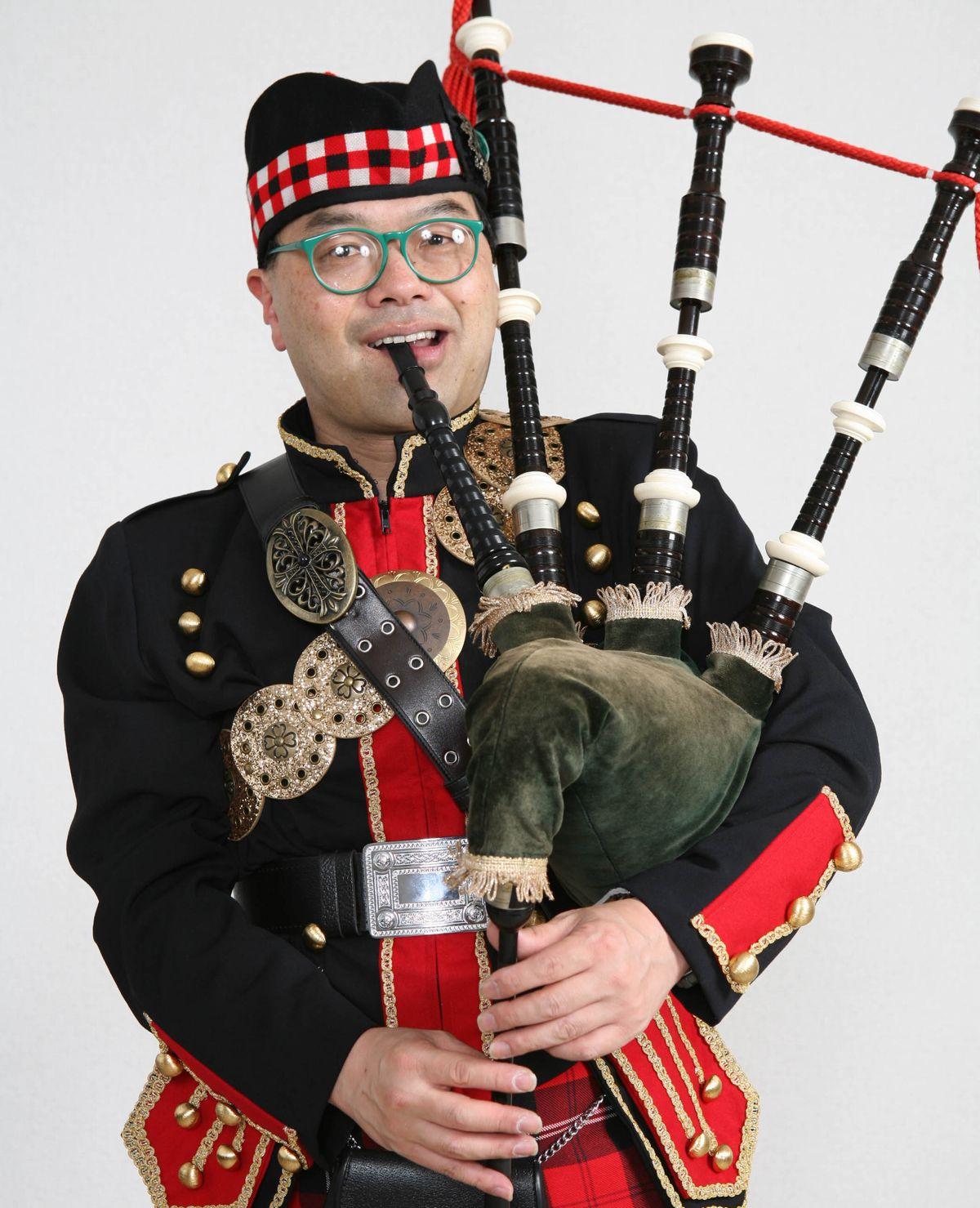 写真・図版 : スコットランドの民族衣装で正装してのバグパイプ演奏